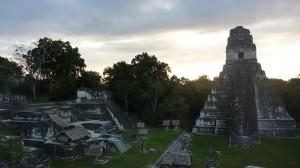 Lever de soleil sur le majestueux Temple du Jaguar - Tikal