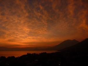 Lever de soleil sur lac Atitlan