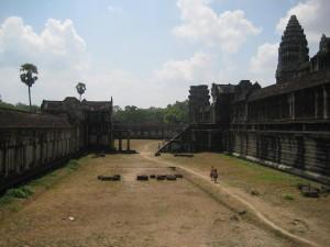 Dans l'enceinte d'Angkor Wat