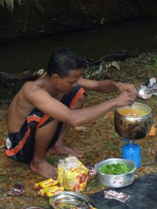 Le guide prepare le diner