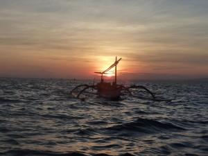 Lever de soleil en mer, direction les dauphins