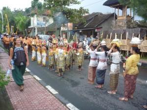 Procession religieuse dans les rues de Ubud