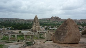 Vue des collines sur le temple du village d'Hampi