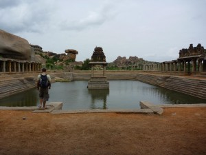 Bassin et temple, Hampi