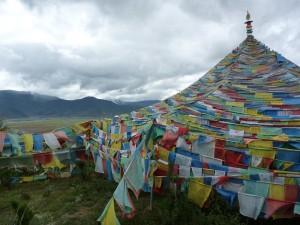 Drapeaux a prieres sur les hauteurs de Shangri-La