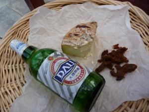Apero local : vieux fromage de yack, viande sechee de yack, et Dali beer !